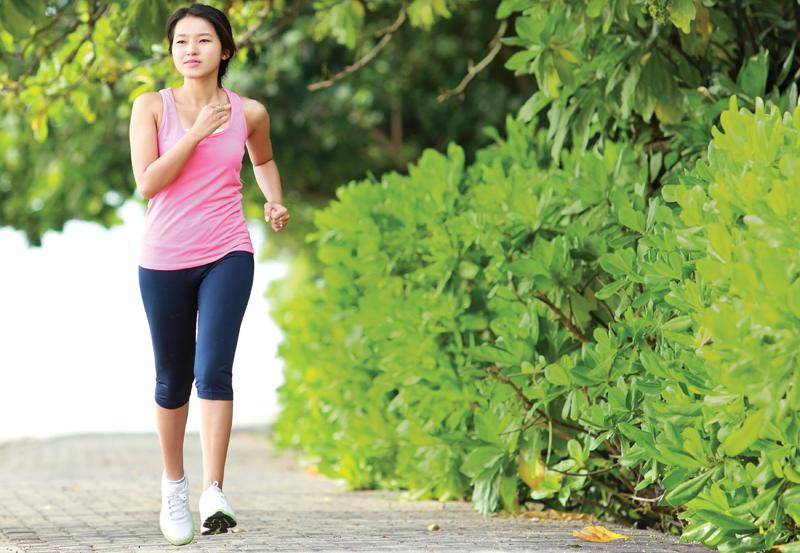 Đi bộ nhẹ nhàng để cải thiện triệu chứng bệnh trĩ